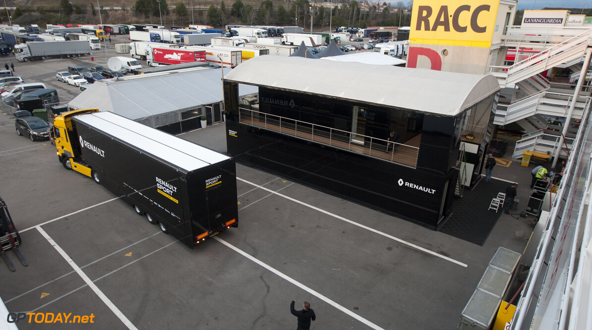 160219RF10122 BARCELONA, SPAIN - 19 FEBRUARY 2016: Teams arriving in the paddock of Formula 1's Pre-Season Test at Circuit de Barcelona-Catalunya. Formula 1's Pre-Season Test Ronald Fleurbaaij Barcelona Spain  Sport Sports Autosport Motorsports Auto Car Racewagen Race Car Formule 1 Formula 1 F1 FIA Formula One World Championship Spain Spanje Circuit de Barcelona-Catalunya Pre-Season Test