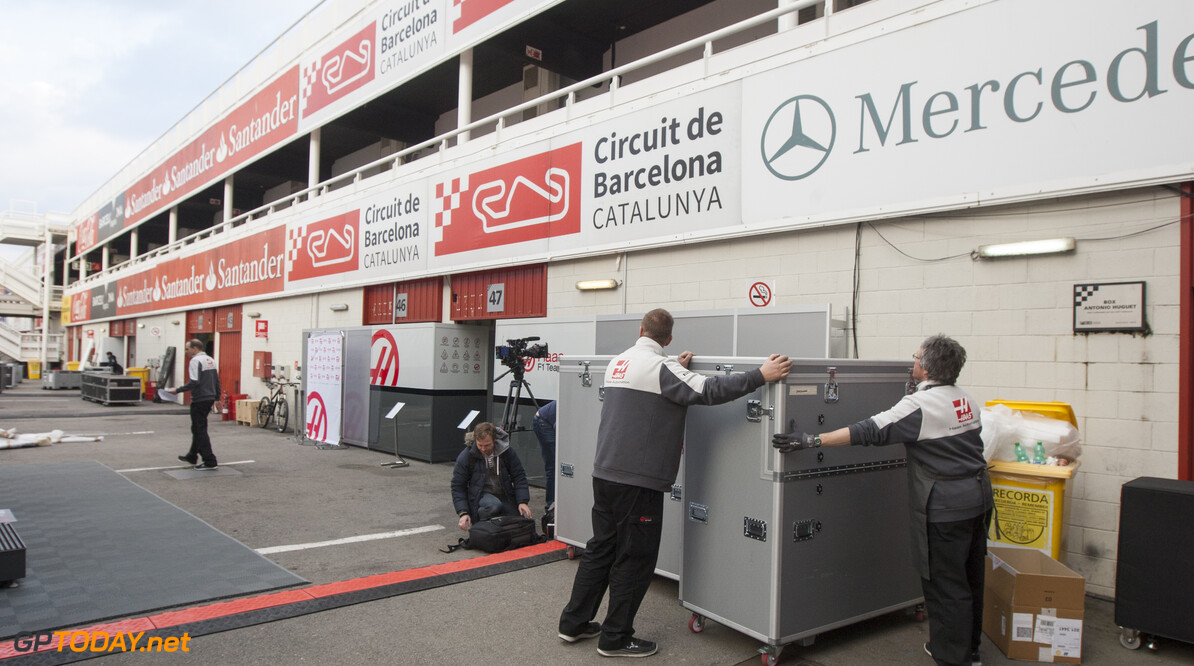 160219RF10049 BARCELONA, SPAIN - 19 FEBRUARY 2016: Teams arriving in the paddock of Formula 1's Pre-Season Test at Circuit de Barcelona-Catalunya. Formula 1's Pre-Season Test Ronald Fleurbaaij Barcelona Spain  Sport Sports Autosport Motorsports Auto Car Racewagen Race Car Formule 1 Formula 1 F1 FIA Formula One World Championship Spain Spanje Circuit de Barcelona-Catalunya Pre-Season Test