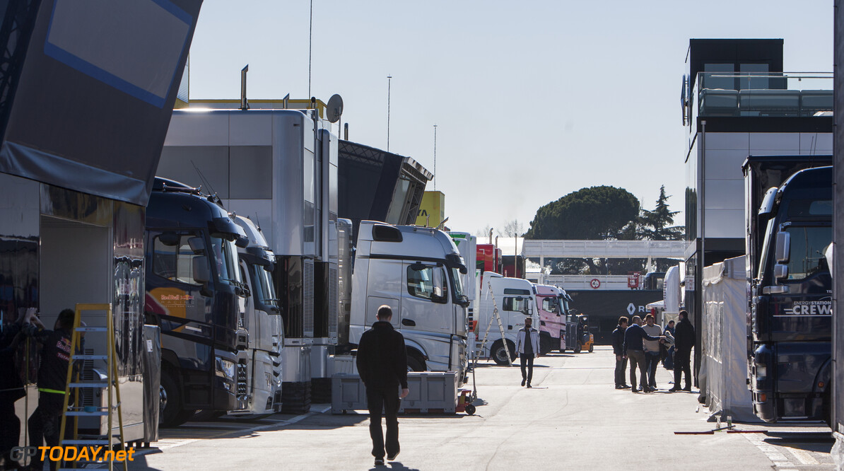 160220RF10164 BARCELONA, SPAIN - 20 FEBRUARY 2016: Teams arriving in the paddock of Formula 1's Pre-Season Test at Circuit de Barcelona-Catalunya. Formula 1's Pre-Season Test Ronald Fleurbaaij Barcelona Spain  Sport Sports Autosport Motorsports Auto Car Racewagen Race Car Formule 1 Formula 1 F1 FIA Formula One World Championship Spain Spanje Circuit de Barcelona-Catalunya Pre-Season Test