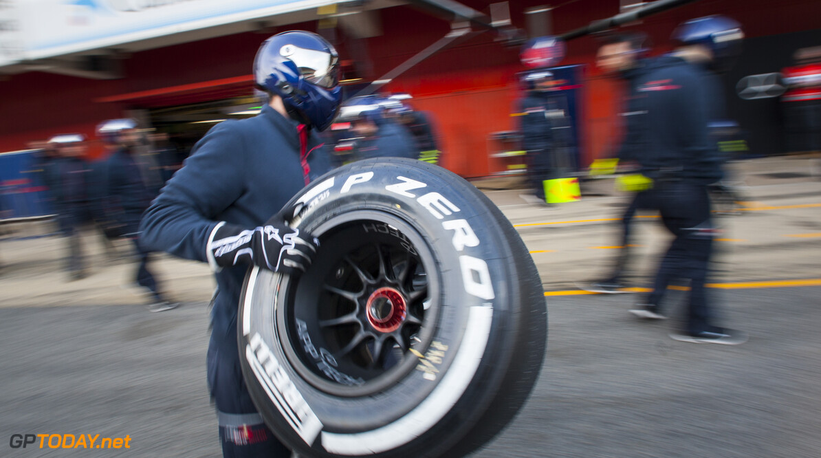 160225RF24170 BARCELONA, SPAIN - 25 FEBRUARY 2016: Scuderia Toro Rosso pit crew waiting for a pitstop of #33 Max Verstappen (NLD) during day 1 of Formula 1's Pre-Season Test at Circuit de Barcelona-Catalunya. Formula 1's Pre-Season Test Ronald Fleurbaaij Barcelona Spain  Sport Sports Autosport Motorsports Auto Car Racewagen Race Car Formule 1 Formula 1 F1 FIA Formula One World Championship Spain Spanje Circuit de Barcelona-Catalunya Pre-Season Test