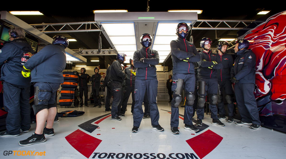 160225RF24139 BARCELONA, SPAIN - 25 FEBRUARY 2016: Scuderia Toro Rosso pit crew waiting for a pitstop of #33 Max Verstappen (NLD) during day 1 of Formula 1's Pre-Season Test at Circuit de Barcelona-Catalunya. Formula 1's Pre-Season Test Ronald Fleurbaaij Barcelona Spain  Sport Sports Autosport Motorsports Auto Car Racewagen Race Car Formule 1 Formula 1 F1 FIA Formula One World Championship Spain Spanje Circuit de Barcelona-Catalunya Pre-Season Test
