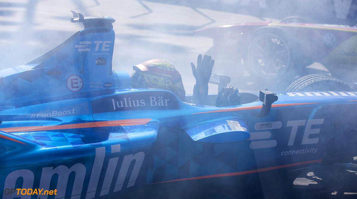 2015/2016 FIA Formula E Championship. Long Beach ePrix, Long Beach, California, United States of America. Saturday 2 April 2016. Sebastien Buemi (SUI), Renault e.Dams Z.E.15 and Robin Frijns (NLD), Andretti - Spark SRT_01E crash. Photo: Zak Mauger/LAT/Formula E ref: Digital Image _79P6280  Zak Mauger    fe formula e action crash