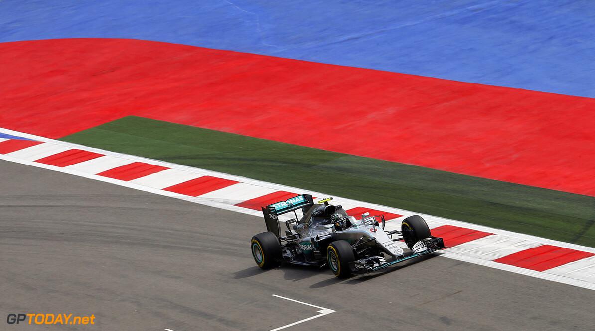 """Mercedes: """"We hebben Hamilton in de steek gelaten"""""""