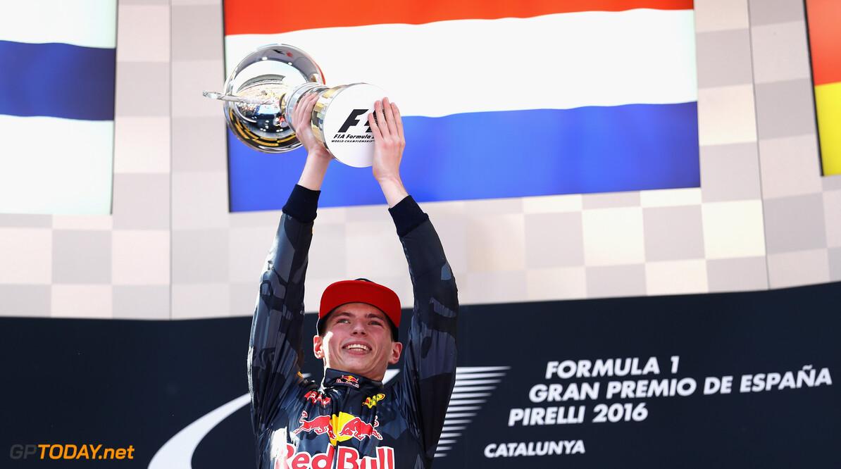 Max Verstappen neemt Lorenzo Bandini-trofee in ontvangst