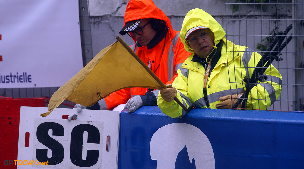 FIA Formula 3 European Championship, round 3, race 1, Pau (FRA) Marshals showing SC Safety Car sign and yellow flag, FIA Formula 3 European Championship, round 3, race 1, Pau (FRA), 13. - 15. May 2016 FIA Formula 3 European Championship 2016, round 3, race 1, Pau (FRA) Thomas Suer Pau France