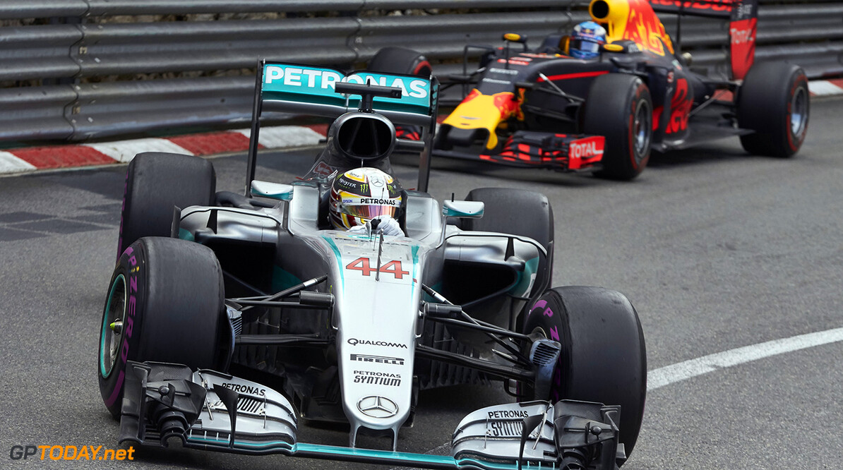 Mercedes heerst in eerste vrije training, Verstappen zesde