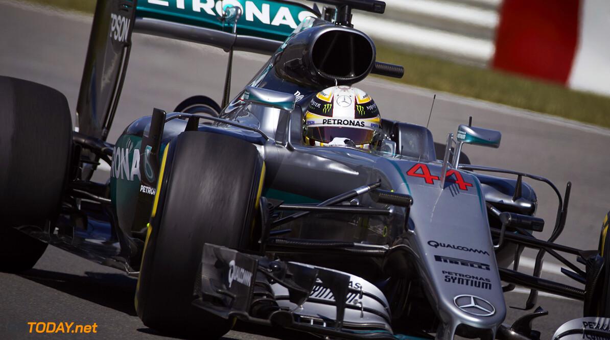 VT1: Hamilton fractie sneller dan Verstappen