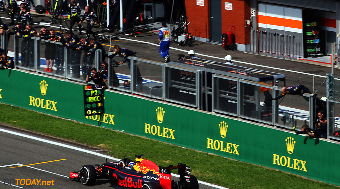 SPA, BELGIUM - AUGUST 28:  Daniel Ricciardo of Australia driving the (3) Red Bull Racing Red Bull-TAG Heuer RB12 TAG Heuer passes his team on the pitwall during the Formula One Grand Prix of Belgium at Circuit de Spa-Francorchamps on August 28, 2016 in Spa, Belgium  (Photo by Charles Coates/Getty Images) // Getty Images / Red Bull Content Pool  // P-20160828-01699 // Usage for editorial use only // Please go to www.redbullcontentpool.com for further information. //  F1 Grand Prix of Belgium Charles Coates Spa Belgium  P-20160828-01699