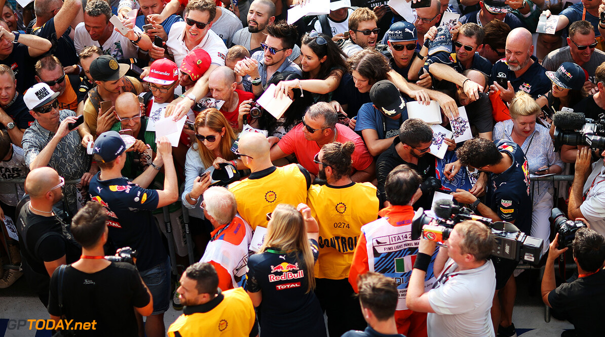 Getty Images / Red Bull Content Pool  // P-20160901-03709 // Usage for editorial use only // Please go to www.redbullcontentpool.com for further information. //  FIA Formula One World Championship 2016  Italy - Monza - RBR - TEMPLATE Getty  Charles Coates    P-20160901-03709