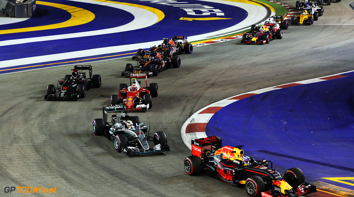 SINGAPORE - SEPTEMBER 18: Daniel Ricciardo of Australia driving the (3) Red Bull Racing Red Bull-TAG Heuer RB12 TAG Heuer leads Lewis Hamilton of Great Britain driving the (44) Mercedes AMG Petronas F1 Team Mercedes F1 WO7 Mercedes PU106C Hybrid turbo Kimi Raikkonen of Finland driving the (7) Scuderia Ferrari SF16-H Ferrari 059/5 turbo (Shell GP) and others at the start during the Formula One Grand Prix of Singapore at Marina Bay Street Circuit on September 18, 2016 in Singapore.  (Photo by Mark Thompson/Getty Images) // Getty Images / Red Bull Content Pool  // P-20160918-02054 // Usage for editorial use only // Please go to www.redbullcontentpool.com for further information. //  F1 Grand Prix of Singapore Mark Thompson Singapore Singapore  P-20160918-02054