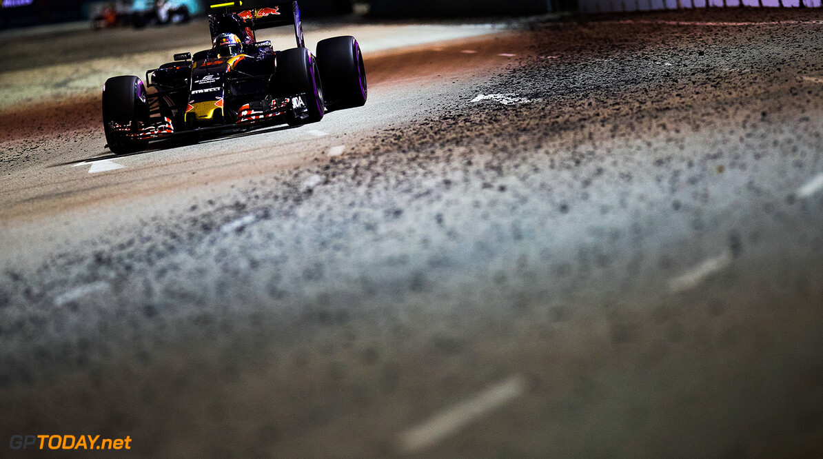 SINGAPORE - SEPTEMBER 18: Carlos Sainz of Spain driving the (55) Scuderia Toro Rosso STR11 Ferrari 060/5 turbo on track during the Formula One Grand Prix of Singapore at Marina Bay Street Circuit on September 18, 2016 in Singapore.  (Photo by Lorenzo Bellanca/Getty Images) // Getty Images / Red Bull Content Pool  // P-20160918-01659 // Usage for editorial use only // Please go to www.redbullcontentpool.com for further information. //  F1 Grand Prix of Singapore Getty Images Singapore Singapore  P-20160918-01659