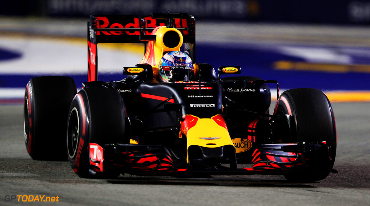 SINGAPORE - SEPTEMBER 18:  Daniel Ricciardo of Australia driving the (3) Red Bull Racing Red Bull-TAG Heuer RB12 TAG Heuer on track during the Formula One Grand Prix of Singapore at Marina Bay Street Circuit on September 18, 2016 in Singapore.  (Photo by Mark Thompson/Getty Images) // Getty Images / Red Bull Content Pool  // P-20160918-01500 // Usage for editorial use only // Please go to www.redbullcontentpool.com for further information. //  F1 Grand Prix of Singapore Mark Thompson Singapore Singapore  P-20160918-01500