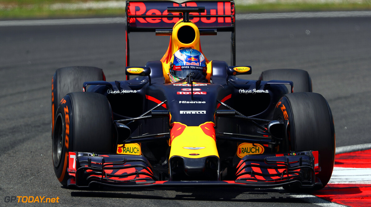 KUALA LUMPUR, MALAYSIA - SEPTEMBER 30: Daniel Ricciardo of Australia driving the (3) Red Bull Racing Red Bull-TAG Heuer RB12 TAG Heuer on track during practice for the Malaysia Formula One Grand Prix at Sepang Circuit on September 30, 2016 in Kuala Lumpur, Malaysia.  (Photo by Clive Mason/Getty Images) // Getty Images / Red Bull Content Pool  // P-20160930-00261 // Usage for editorial use only // Please go to www.redbullcontentpool.com for further information. //  F1 Grand Prix of Malaysia - Practice Clive Mason Kuala Lumpur Malaysia  P-20160930-00261