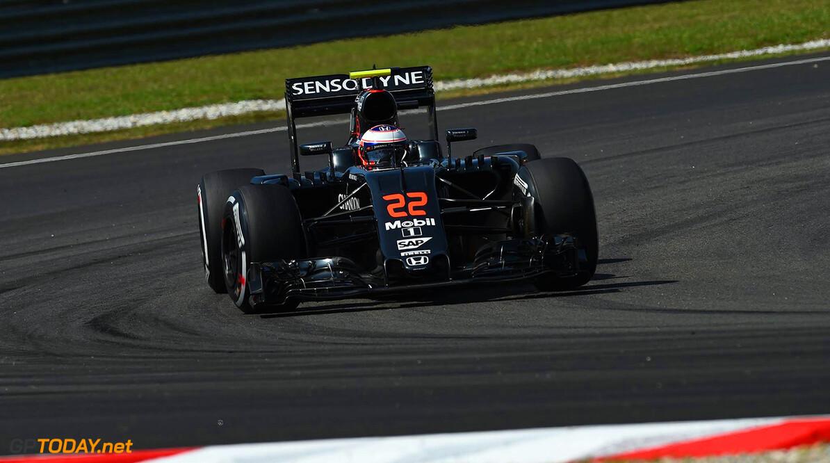 Alonso van P22 naar P7, Jenson Button viert jubileum met twee punten