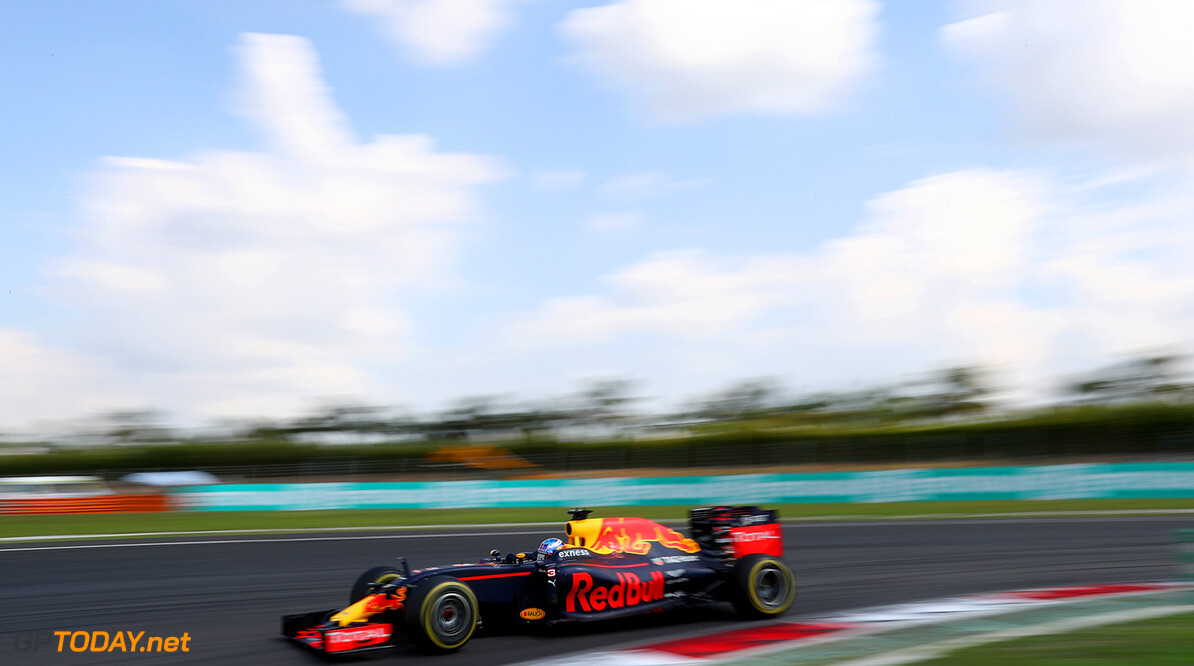 KUALA LUMPUR, MALAYSIA - OCTOBER 02:  Daniel Ricciardo of Australia driving the (3) Red Bull Racing Red Bull-TAG Heuer RB12 TAG Heuer on track during the Malaysia Formula One Grand Prix at Sepang Circuit on October 2, 2016 in Kuala Lumpur, Malaysia.  (Photo by Clive Rose/Getty Images) // Getty Images / Red Bull Content Pool  // P-20161002-01523 // Usage for editorial use only // Please go to www.redbullcontentpool.com for further information. //  F1 Grand Prix of Malaysia Clive Rose Kuala Lumpur Malaysia  P-20161002-01523