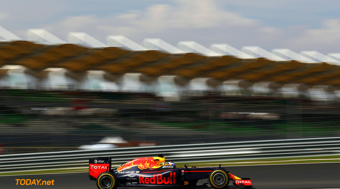 KUALA LUMPUR, MALAYSIA - OCTOBER 02:  Daniel Ricciardo of Australia driving the (3) Red Bull Racing Red Bull-TAG Heuer RB12 TAG Heuer on track during the Malaysia Formula One Grand Prix at Sepang Circuit on October 2, 2016 in Kuala Lumpur, Malaysia.  (Photo by Clive Mason/Getty Images) // Getty Images / Red Bull Content Pool  // P-20161002-01797 // Usage for editorial use only // Please go to www.redbullcontentpool.com for further information. //  F1 Grand Prix of Malaysia Clive Mason Kuala Lumpur Malaysia  P-20161002-01797