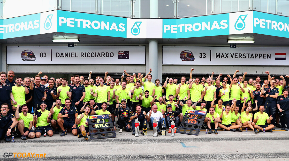 KUALA LUMPUR, MALAYSIA - OCTOBER 02:  Daniel Ricciardo of Australia and Red Bull Racing celebrates his win with Red Bull Racing Team Principal Christian Horner, Red Bull Racing Team Consultant Dr Helmut Marko, Max Verstappen of Netherlands and Red Bull Racing and the rest of the team during the Malaysia Formula One Grand Prix at Sepang Circuit on October 2, 2016 in Kuala Lumpur, Malaysia.  (Photo by Mark Thompson/Getty Images) // Getty Images / Red Bull Content Pool  // P-20161002-01439 // Usage for editorial use only // Please go to www.redbullcontentpool.com for further information. //  F1 Grand Prix of Malaysia Mark Thompson Kuala Lumpur Malaysia  P-20161002-01439
