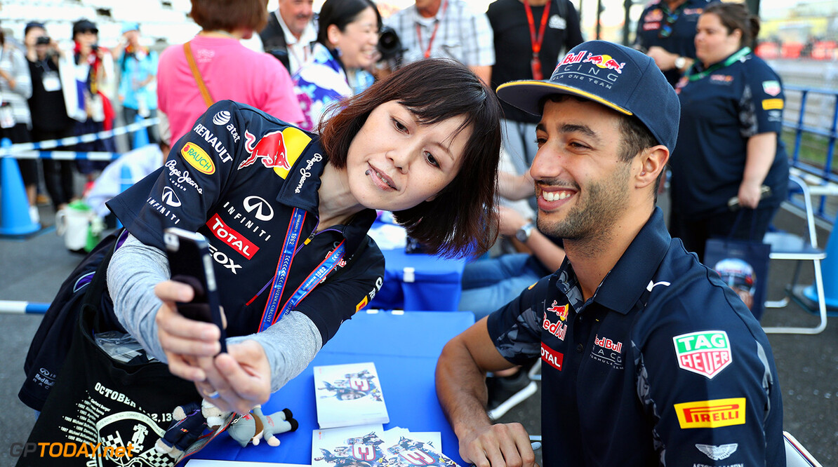 SUZUKA, JAPAN - OCTOBER 06:  Daniel Ricciardo of Australia and Red Bull Racing signs autographs for fans  during previews ahead of the Formula One Grand Prix of Japan at Suzuka Circuit on October 6, 2016 in Suzuka.  (Photo by Mark Thompson/Getty Images) // Getty Images / Red Bull Content Pool  // P-20161006-01061 // Usage for editorial use only // Please go to www.redbullcontentpool.com for further information. //  F1 Grand Prix of Japan - Previews Mark Thompson Suzuka Japan  P-20161006-01061