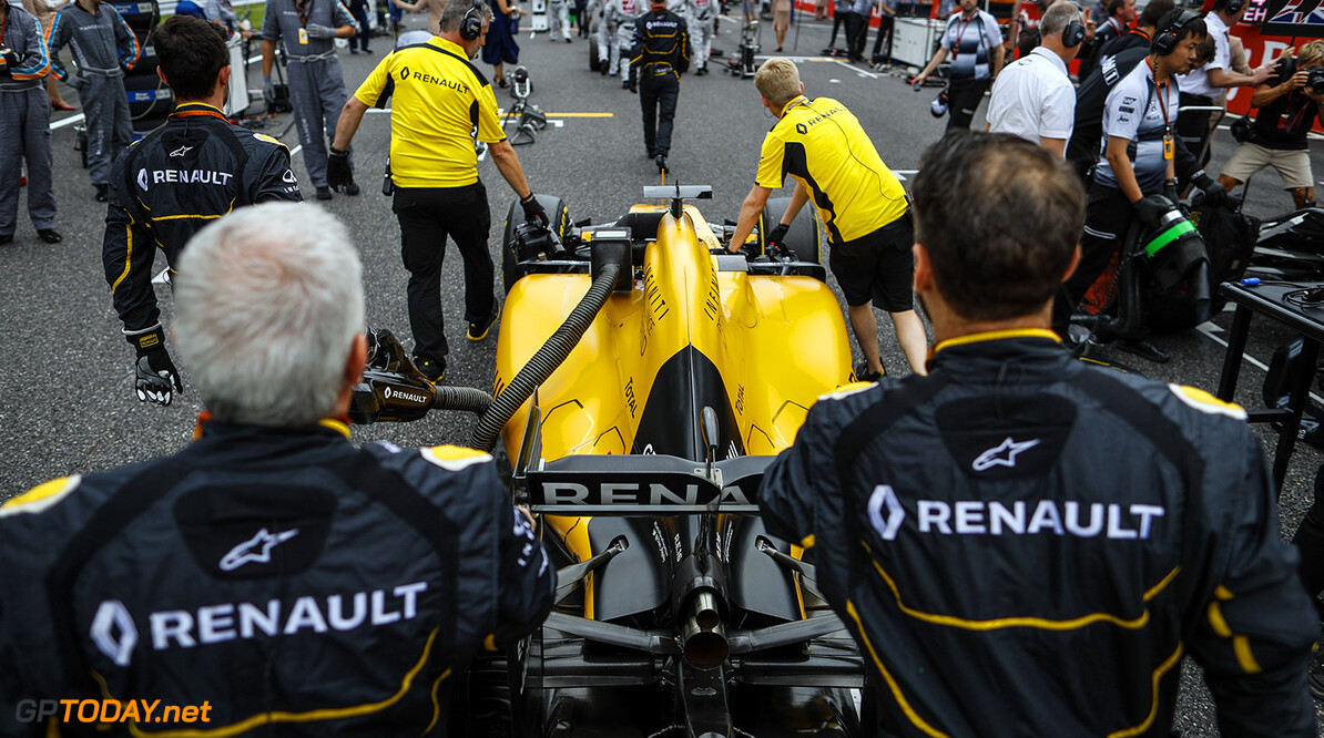 MAGNUSSEN Kevin (dan) Renault F1 RS.16 driver Renault Sport F1 team ambiance starting grid during the 2016 Formula One World Championship, Japan Grand Prix from October 7 to 9 in Suzuka - Photo Florent Gooden / DPPI F1 - JAPAN GRAND PRIX 2016 Florent Gooden Suzuka Japon  ASIE AUTO CAR F1 FORMULE 1 FORMULE UN Formula 1 Formula One Grand Prix JAPON Motorsport OCTOBRE Race WORLD CHAMPIONSHIP