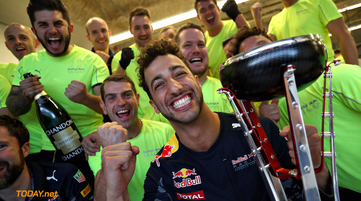 AUSTIN, TX - OCTOBER 23:  Daniel Ricciardo of Australia and Red Bull Racing celebrates finishing in third position with his team during the United States Formula One Grand Prix at Circuit of The Americas on October 23, 2016 in Austin, United States.  (Photo by Mark Thompson/Getty Images) // Getty Images / Red Bull Content Pool  // P-20161024-00139 // Usage for editorial use only // Please go to www.redbullcontentpool.com for further information. //  F1 Grand Prix of USA Mark Thompson Austin United States  P-20161024-00139