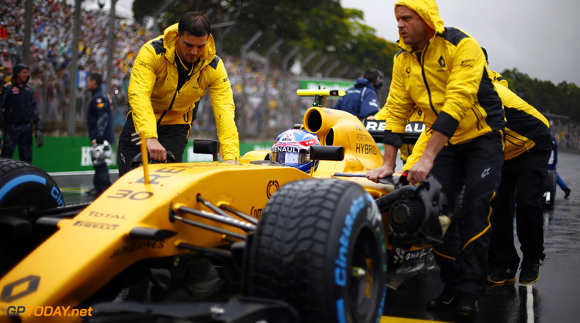 PALMER Jolyon (gbr) Renault F1 RS.16 driver Renault Sport F1 team ambiance portrait on the starting grid during the 2016 Formula One World Championship, Brazil Grand Prix from November 11 to 13 in Sao Paulo, Brazil - Photo Frederic Le Floc'h / DPPI F1 - BRAZIL GRAND PRIX 2016 Frederic Le Floc'h Sao Paulo Br?sil  Auto Brazilian Br?sil Bresilien Car F1 Formula 1 Formula One Formule 1 Formule Un Grand Prix Monoplace Motorsport November Novembre Race World Championship