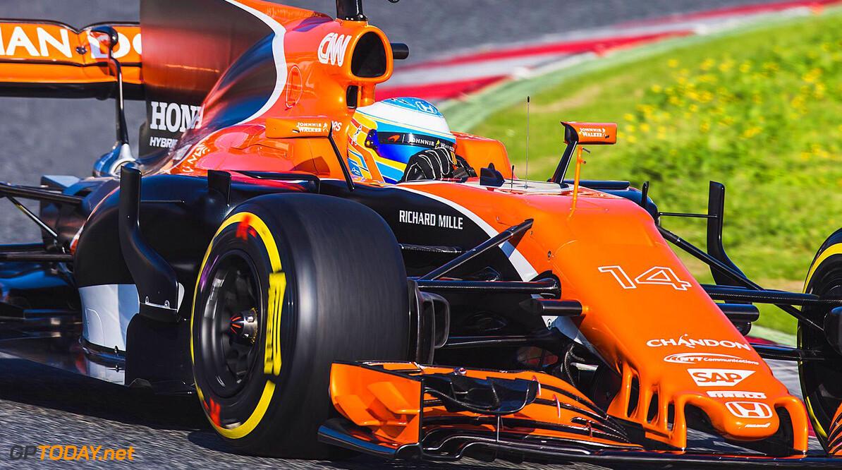Fernando Alonso in actie met de McLaren MCL32