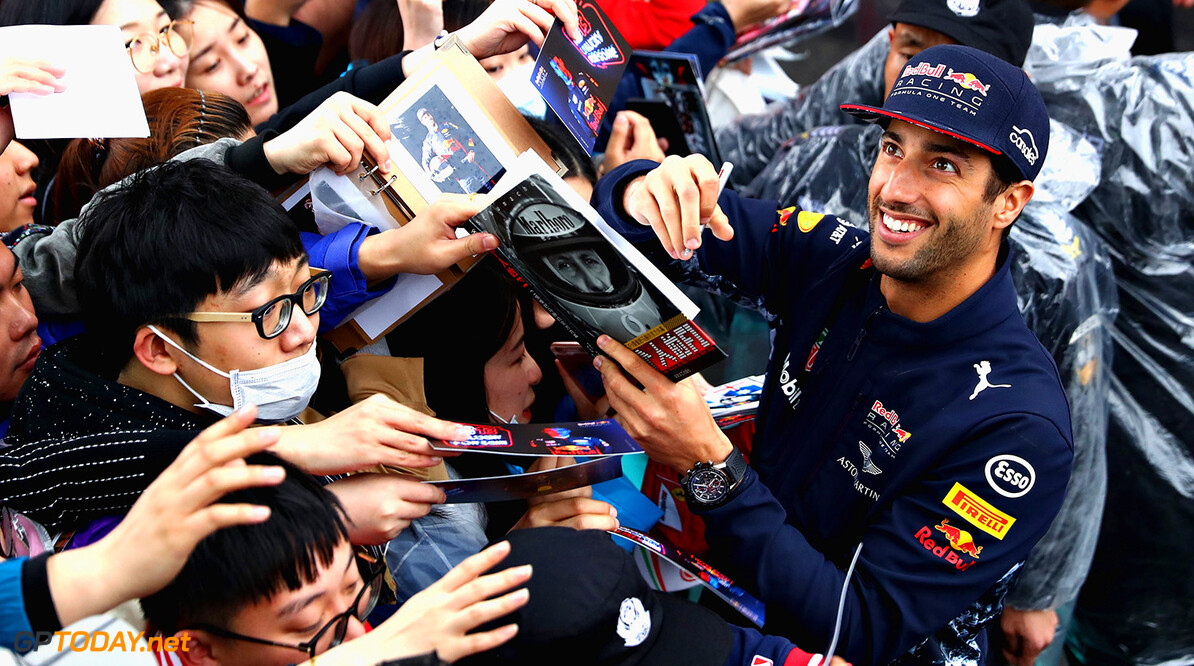 SHANGHAI, CHINA - APRIL 06:  Daniel Ricciardo of Australia and Red Bull Racing signs autographs for fans during previews to the Formula One Grand Prix of China at Shanghai International Circuit on April 6, 2017 in Shanghai, China.  (Photo by Clive Mason/Getty Images) // Getty Images / Red Bull Content Pool  // P-20170406-00785 // Usage for editorial use only // Please go to www.redbullcontentpool.com for further information. //  F1 Grand Prix of China - Previews Clive Mason  China  P-20170406-00785