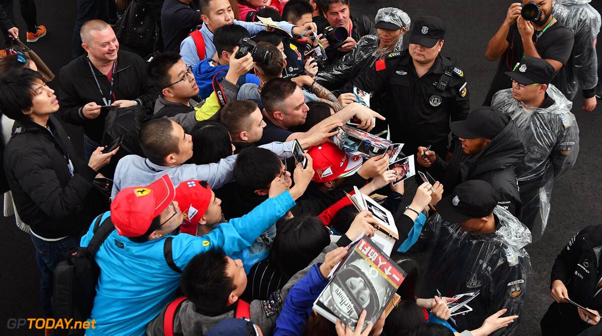 Hamilton doet aan klantenbinding met optreden in China