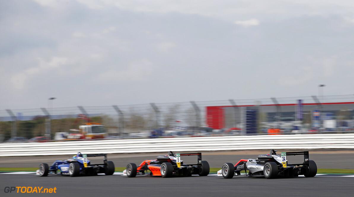 FIA Formula 3 European Championship, round 1, race 1, Silverston 34 Jake Hughes (GBR, Hitech Grand Prix, Dallara F317 - Mercedes-Benz), 5 Pedro Piquet (BRA, Van Amersfoort Racing, Dallara F317 - Mercedes-Benz), 21 Jake Dennis (GBR, Carlin, Dallara F317 - Volkswagen), FIA Formula 3 European Championship, round 1, race 1, Silverstone (GBR), 13. - 16. April 2017 FIA Formula 3 European Championship 2017, round 1, race 1, Silverstone (GBR) Thomas Suer Silverstone Great Britain
