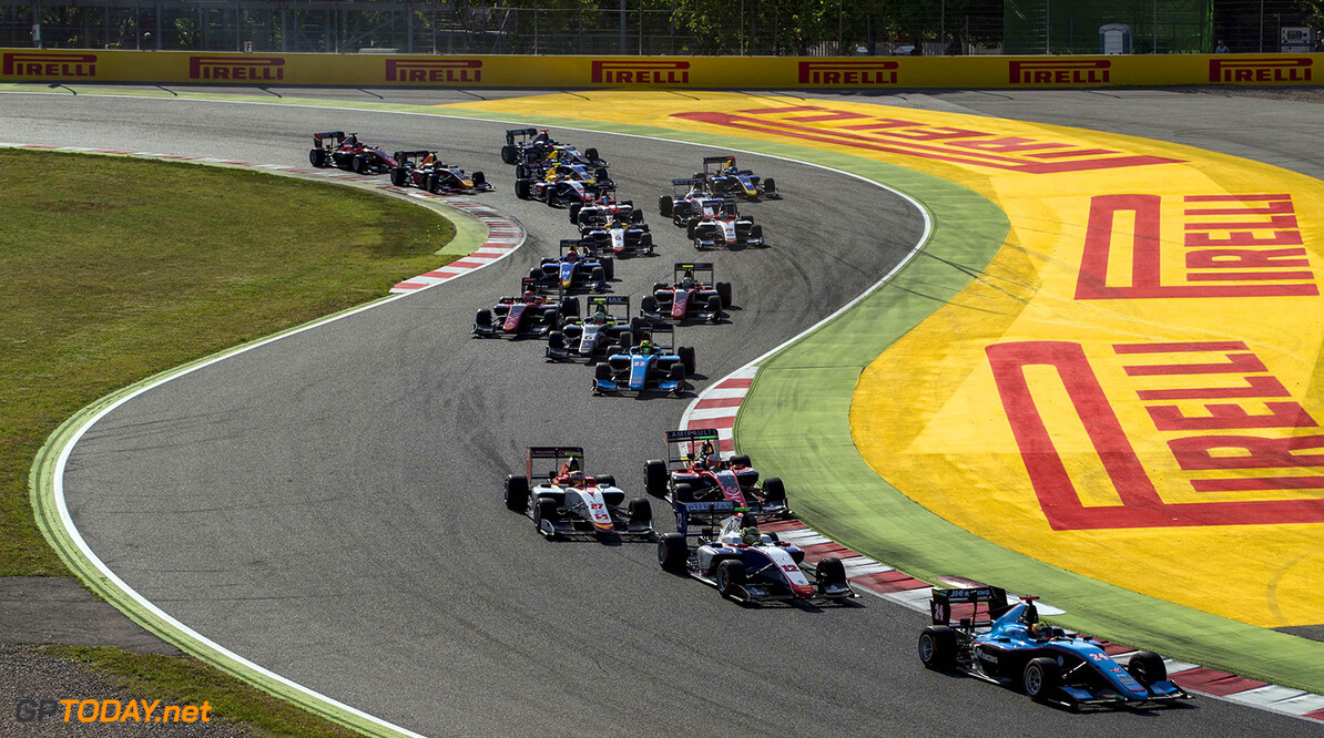 2017 GP3 Series Round 1.  Circuit de Catalunya, Barcelona, Spain. Sunday 14 May 2017. Arjun Maini (IND, Jenzer Motorsport) leads Dorian Boccolacci (FRA, Trident) and the rest of the field at the start of the race. Photo: Zak Mauger/GP3 Series Media Service. ref: Digital Image _56I9630   Zak Mauger    Race Two 2 action start