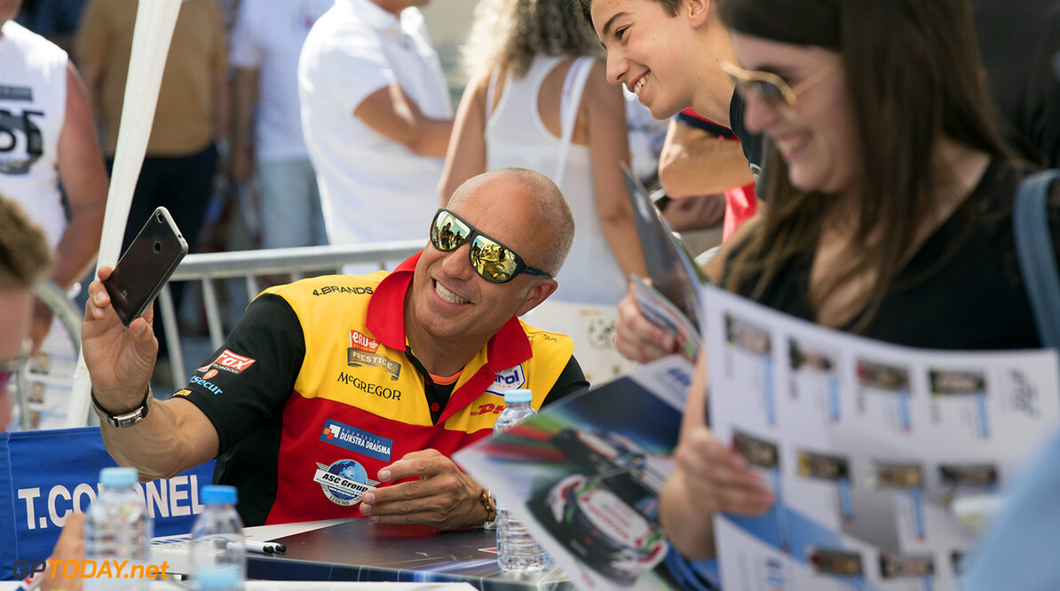 CORONEL Tom (ned) Chevrolet RML Cruze team ROAL Motorsport ambiance portrait fan supporter during the 2017 FIA WTCC World Touring Car Championship race of Portugal, Vila Real from june 23 to 25 - Photo Gregory Lenormand / DPPI AUTO - WTCC PORTUGAL 2017 Gregory Lenormand    auto championnat du monde circuit course fia motorsport tourisme wtcc