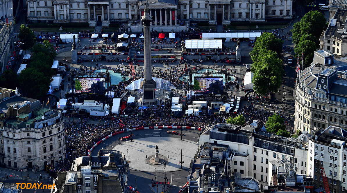 LONDON, ENGLAND - JULY 12: A general view from the air during F1 Live London at Trafalgar Square on July 12, 2017 in London, England.  F1 Live London, the first time in Formula 1 history that all 10 teams come together outside of a race weekend to put on a show for the public in the heart of London.  (Photo by Dan Mullan/Getty Images for Formula 1) // Getty Images / Red Bull Content Pool  // P-20170713-00142 // Usage for editorial use only // Please go to www.redbullcontentpool.com for further information. //  F1 Live In London Takes Over Trafalgar Square - Car Parade Dan Mullan London United Kingdom  P-20170713-00142