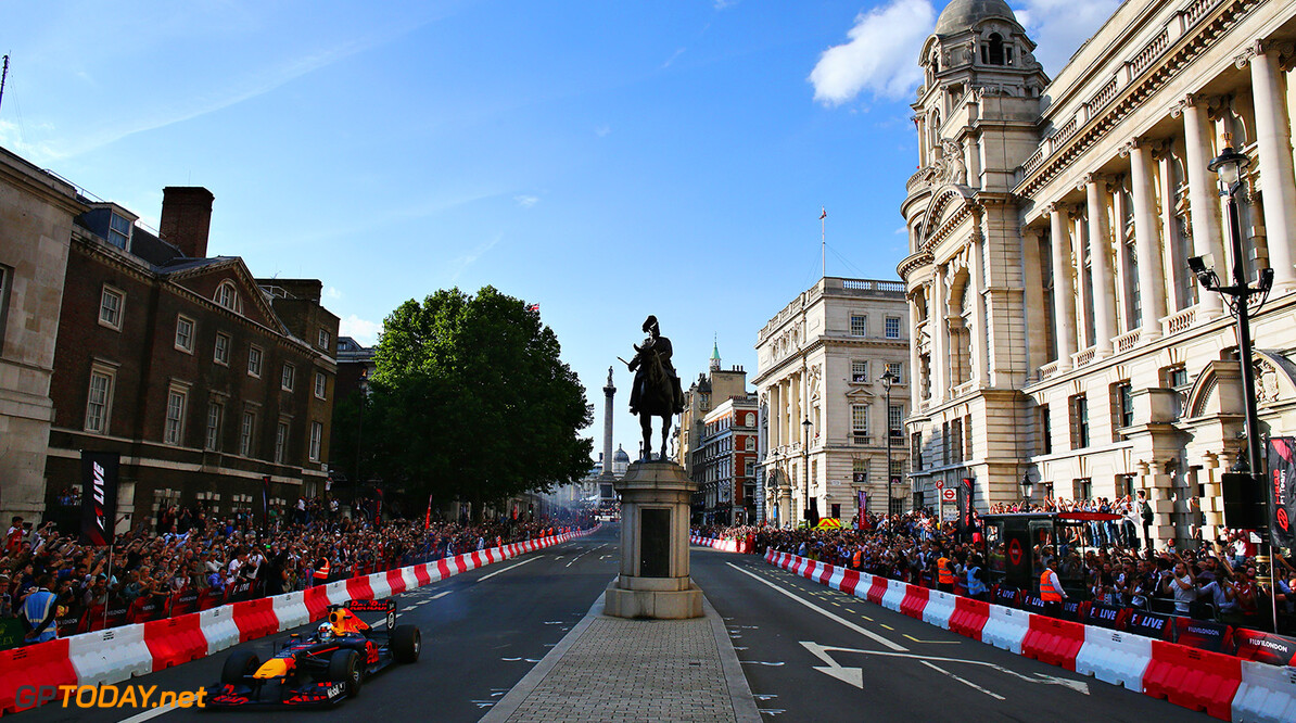 LONDON, ENGLAND - JULY 12:  Daniel Ricciardo of Australia and Red Bull Racing driving the Red Bull Racing RB7 during F1 Live London at Trafalgar Square on July 12, 2017 in London, England.  F1 Live London, the first time in Formula 1 history that all 10 teams come together outside of a race weekend to put on a show for the public in the heart of London.  (Photo by Clive Mason/Getty Images for Formula 1) // Getty Images / Red Bull Content Pool  // P-20170713-00333 // Usage for editorial use only // Please go to www.redbullcontentpool.com for further information. //  F1 Live In London Takes Over Trafalgar Square - Car Parade Clive Mason London United Kingdom  P-20170713-00333