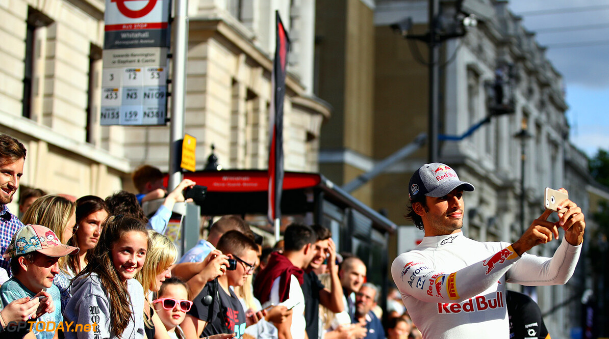 LONDON, ENGLAND - JULY 12: Carlos Sainz of Spain and Scuderia Toro Rosso takes a selfie with fans during F1 Live London at Trafalgar Square on July 12, 2017 in London, England.  F1 Live London, the first time in Formula 1 history that all 10 teams come together outside of a race weekend to put on a show for the public in the heart of London.  (Photo by Clive Mason/Getty Images for Formula 1) // Getty Images / Red Bull Content Pool  // P-20170713-00412 // Usage for editorial use only // Please go to www.redbullcontentpool.com for further information. //  F1 Live In London Takes Over Trafalgar Square - Car Parade Clive Mason London United Kingdom  P-20170713-00412