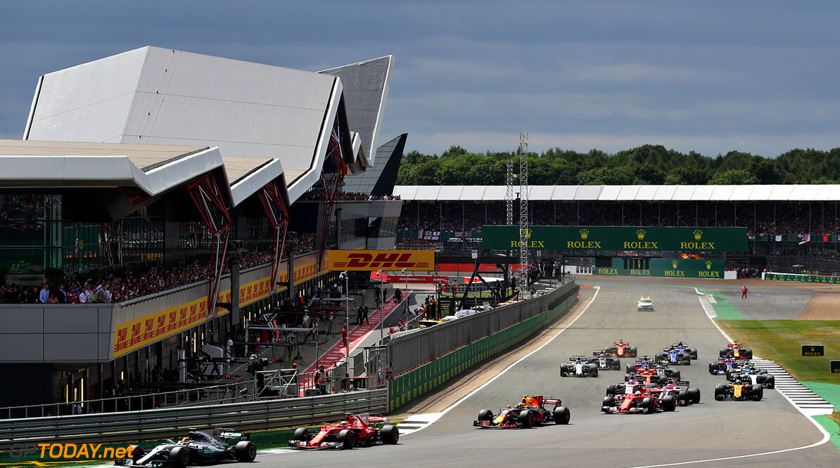 NORTHAMPTON, ENGLAND - JULY 16: Lewis Hamilton of Great Britain driving the (44) Mercedes AMG Petronas F1 Team Mercedes F1 WO8 leads Kimi Raikkonen of Finland driving the (7) Scuderia Ferrari SF70H, Max Verstappen of the Netherlands driving the (33) Red Bull Racing Red Bull-TAG Heuer RB13 TAG Heuer and the rest of the field round the first corner at the start during the Formula One Grand Prix of Great Britain at Silverstone on July 16, 2017 in Northampton, England.  (Photo by Will Taylor-Medhurst/Getty Images) // Getty Images / Red Bull Content Pool  // P-20170716-01185 // Usage for editorial use only // Please go to www.redbullcontentpool.com for further information. //  F1 Grand Prix of Great Britain  Silverstone United Kingdom  P-20170716-01185