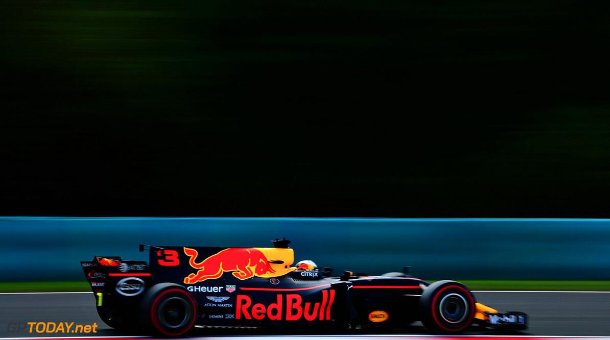 VT2: Ricciardo op P1, Wehrlein hard in bandenstapels