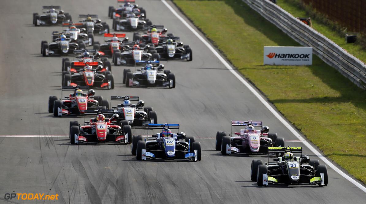 FIA Formula 3 European Championship, round 7, race 3, Zandvoort  Start of the race, 31 Lando Norris (GBR, Carlin, Dallara F317 - Volkswagen) taking the lead from 62 Ferdinand Habsburg (AUT, Carlin, Dallara F317 - Volkswagen), 3 Maximilian G?nther (DEU, Prema Powerteam, Dallara F317 - Mercedes-Benz), 8 Guanyu Zhou (CHN, Prema Powerteam, Dallara F317 - Mercedes-Benz), FIA Formula 3 European Championship, round 7, race 3, Zandvoort (NED), 18. - 20. August 2017 FIA Formula 3 European Championship 2017, round 7, race 3, Zandvoort (NED) Thomas Suer Zandvoort Netherlands