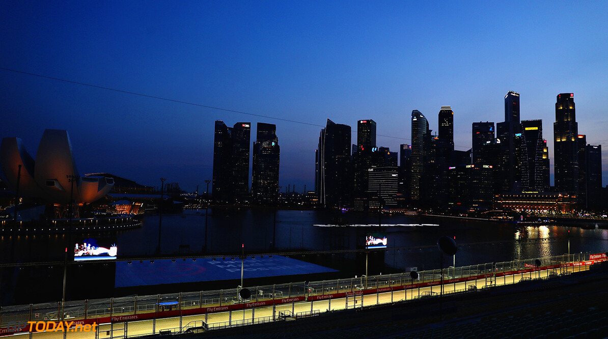 SINGAPORE - SEPTEMBER 14:  A general view of the circuit during previews ahead of the Formula One Grand Prix of Singapore at Marina Bay Street Circuit on September 14, 2017 in Singapore.  (Photo by Mark Thompson/Getty Images) // Getty Images / Red Bull Content Pool  // P-20170914-00647 // Usage for editorial use only // Please go to www.redbullcontentpool.com for further information. //  F1 Grand Prix of Singapore - Previews Mark Thompson Singapore Singapore  P-20170914-00647