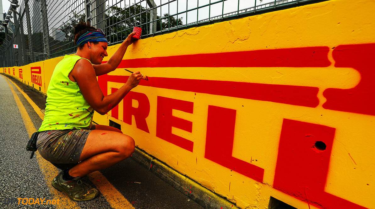 Formula One World Championship www.sutton-images.com  Worker paints the barrier at Formula One World Championship, Rd14, Singapore Grand Prix, Preparations, Marina Bay Street Circuit, Singapore, Thursday 14 September 2017. Singapore Grand Prix Preparations  Singapore Singapore  F1 Formula 1 GP portrait