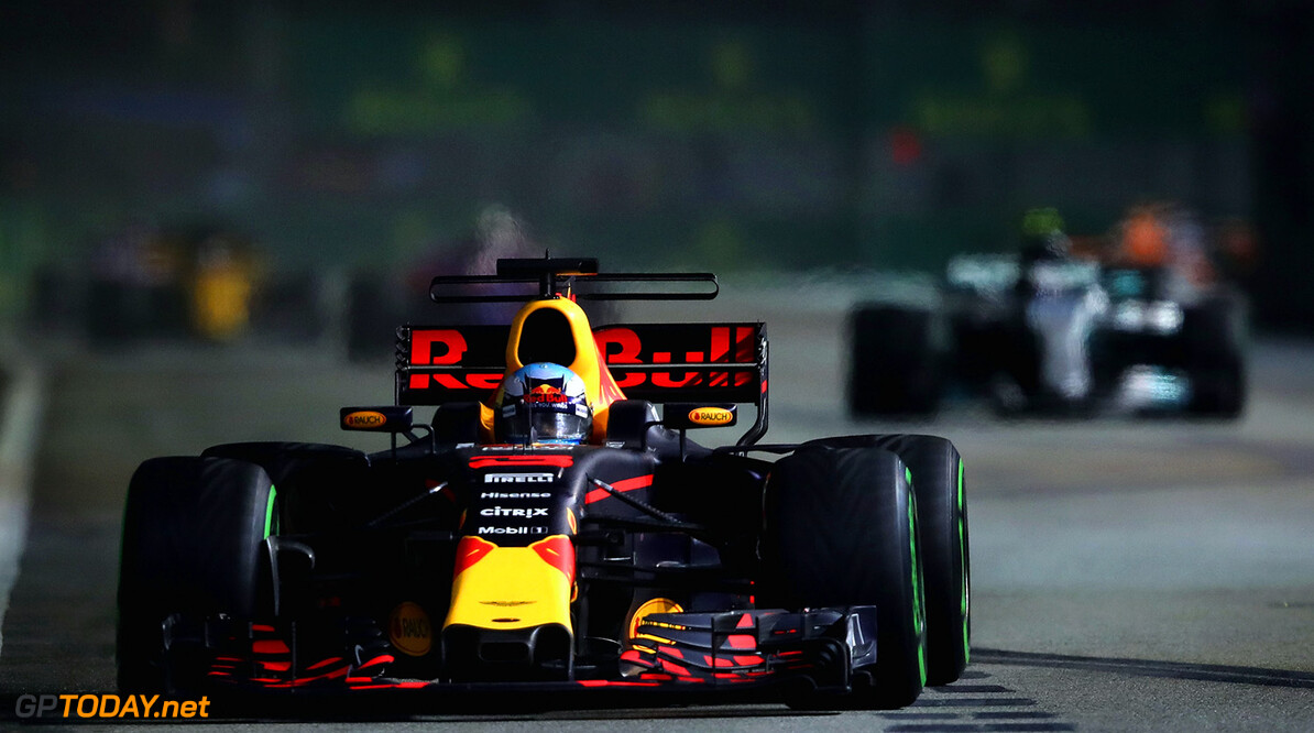 SINGAPORE - SEPTEMBER 17:  Daniel Ricciardo of Australia driving the (3) Red Bull Racing Red Bull-TAG Heuer RB13 TAG Heuer on track during the Formula One Grand Prix of Singapore at Marina Bay Street Circuit on September 17, 2017 in Singapore.  (Photo by Clive Mason/Getty Images) // Getty Images / Red Bull Content Pool  // P-20170917-00944 // Usage for editorial use only // Please go to www.redbullcontentpool.com for further information. //  F1 Grand Prix of Singapore Clive Mason Singapore Singapore  P-20170917-00944