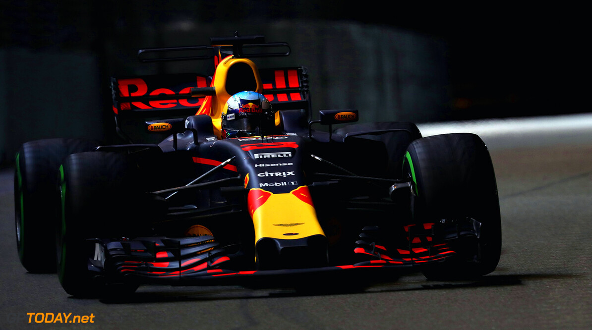 SINGAPORE - SEPTEMBER 17:  Daniel Ricciardo of Australia driving the (3) Red Bull Racing Red Bull-TAG Heuer RB13 TAG Heuer on track during the Formula One Grand Prix of Singapore at Marina Bay Street Circuit on September 17, 2017 in Singapore.  (Photo by Mark Thompson/Getty Images) // Getty Images / Red Bull Content Pool  // P-20170917-00947 // Usage for editorial use only // Please go to www.redbullcontentpool.com for further information. //  F1 Grand Prix of Singapore Mark Thompson Singapore Singapore  P-20170917-00947
