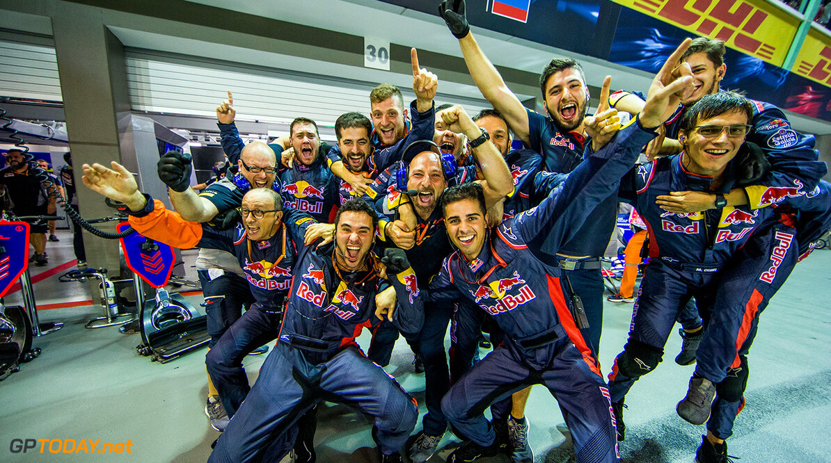 SINGAPORE - SEPTEMBER 17:  Scuderia Toro Rosso mechanics celebrate Carlos Sainz of Scuderia Toro Rosso and Spain finishing fourth during the Formula One Grand Prix of Singapore at Marina Bay Street Circuit on September 17, 2017 in Singapore.  (Photo by Peter Fox/Getty Images) // Getty Images / Red Bull Content Pool  // P-20170917-01642 // Usage for editorial use only // Please go to www.redbullcontentpool.com for further information. //  F1 Grand Prix of Singapore Peter Fox Singapore Singapore  P-20170917-01642