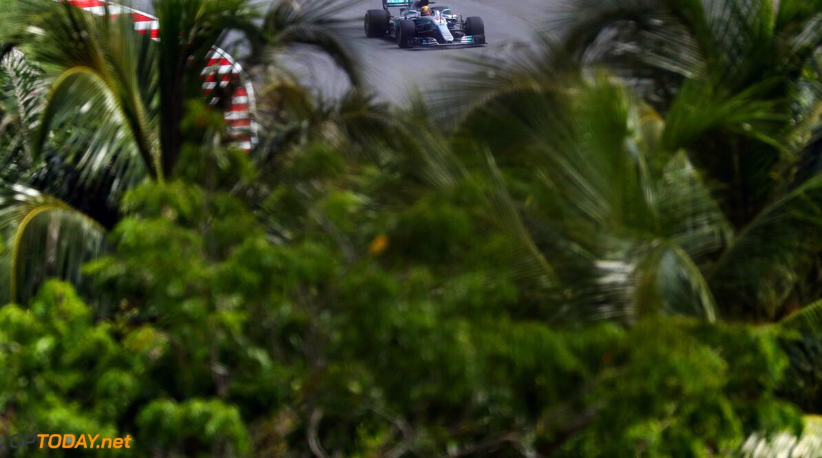 VT2: Matige middag voor Mercedes, Grosjean crasht
