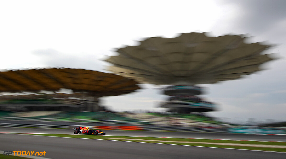 KUALA LUMPUR, MALAYSIA - SEPTEMBER 29: Daniel Ricciardo of Australia driving the (3) Red Bull Racing Red Bull-TAG Heuer RB13 TAG Heuer on track during practice for the Malaysia Formula One Grand Prix at Sepang Circuit on September 29, 2017 in Kuala Lumpur, Malaysia.  (Photo by Clive Mason/Getty Images) // Getty Images / Red Bull Content Pool  // P-20170929-00827 // Usage for editorial use only // Please go to www.redbullcontentpool.com for further information. //  F1 Grand Prix of Malaysia - Practice Clive Mason Sepang Malaysia  P-20170929-00827