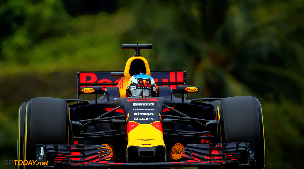 KUALA LUMPUR, MALAYSIA - OCTOBER 01: Daniel Ricciardo of Australia driving the (3) Red Bull Racing Red Bull-TAG Heuer RB13 TAG Heuer on track during the Malaysia Formula One Grand Prix at Sepang Circuit on October 1, 2017 in Kuala Lumpur, Malaysia.  (Photo by Lars Baron/Getty Images) // Getty Images / Red Bull Content Pool  // P-20171001-01222 // Usage for editorial use only // Please go to www.redbullcontentpool.com for further information. //  F1 Grand Prix of Malaysia  Sepang Malaysia  P-20171001-01222