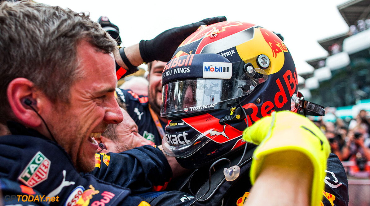 KUALA LUMPUR, MALAYSIA - OCTOBER 01:  Race winner Max Verstappen of Netherlands and Red Bull Racing celebrates with his team in parc ferme during the Malaysia Formula One Grand Prix at Sepang Circuit on October 1, 2017 in Kuala Lumpur, Malaysia.  (Photo by Peter Fox/Getty Images) // Getty Images / Red Bull Content Pool  // P-20171001-00707 // Usage for editorial use only // Please go to www.redbullcontentpool.com for further information. //  F1 Grand Prix of Malaysia  Sepang Malaysia  P-20171001-00707