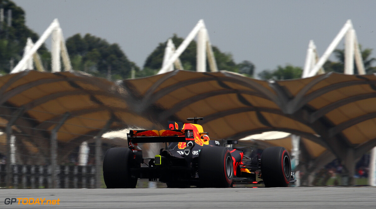 KUALA LUMPUR, MALAYSIA - OCTOBER 01:  Daniel Ricciardo of Australia driving the (3) Red Bull Racing Red Bull-TAG Heuer RB13 TAG Heuer on track during the Malaysia Formula One Grand Prix at Sepang Circuit on October 1, 2017 in Kuala Lumpur, Malaysia.  (Photo by Clive Mason/Getty Images) // Getty Images / Red Bull Content Pool  // P-20171001-01181 // Usage for editorial use only // Please go to www.redbullcontentpool.com for further information. //  F1 Grand Prix of Malaysia Clive Mason Sepang Malaysia  P-20171001-01181