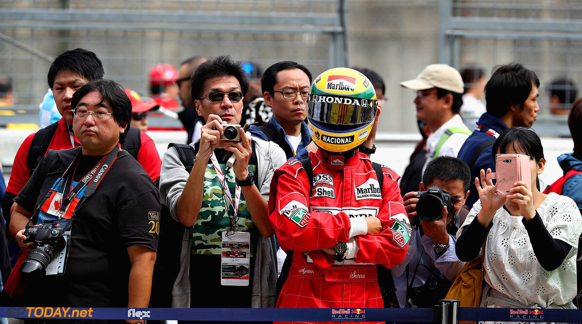 SUZUKA, JAPAN - OCTOBER 05:  A fan dressed as Ayrton Senna looks on outside the Red Bull Racing garage during previews ahead of the Formula One Grand Prix of Japan at Suzuka Circuit on October 5, 2017 in Suzuka.  (Photo by Mark Thompson/Getty Images) // Getty Images / Red Bull Content Pool  // P-20171005-00051 // Usage for editorial use only // Please go to www.redbullcontentpool.com for further information. //  F1 Grand Prix of Japan - Previews Mark Thompson Suzuka Japan  P-20171005-00051