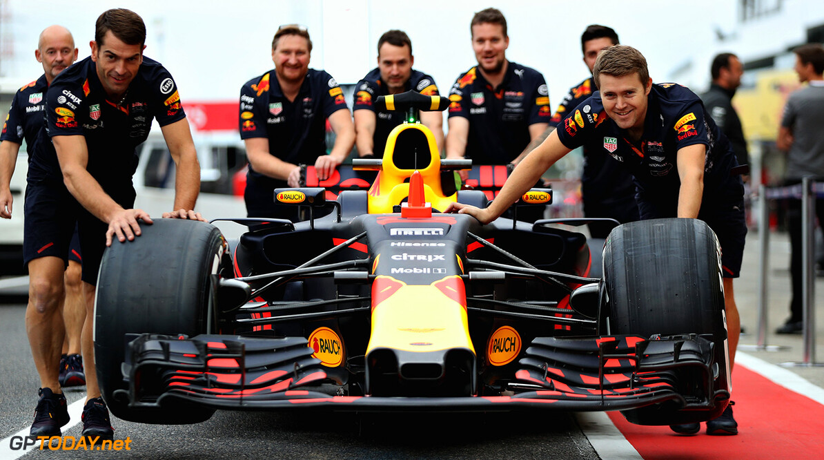 SUZUKA, JAPAN - OCTOBER 05: The Red Bull Racing team push the car of Max Verstappen of Netherlands and Red Bull Racing in the Pitlane during previews ahead of the Formula One Grand Prix of Japan at Suzuka Circuit on October 5, 2017 in Suzuka.  (Photo by Mark Thompson/Getty Images) // Getty Images / Red Bull Content Pool  // P-20171005-00604 // Usage for editorial use only // Please go to www.redbullcontentpool.com for further information. //  F1 Grand Prix of Japan - Previews Mark Thompson Suzuka Japan  P-20171005-00604