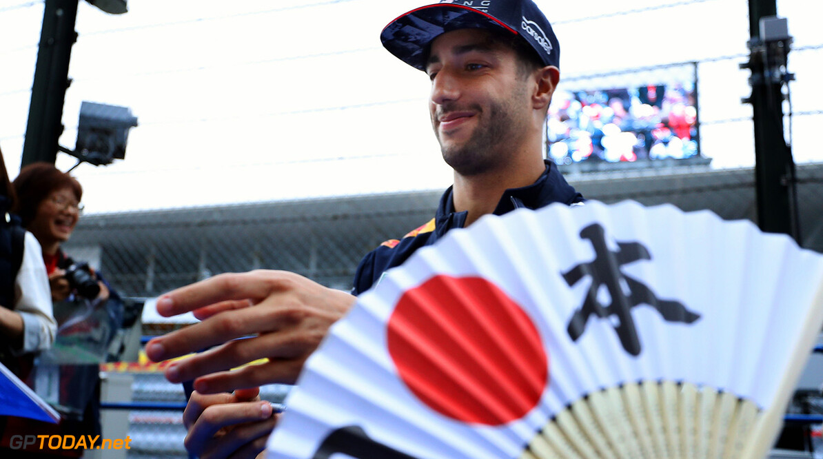 SUZUKA, JAPAN - OCTOBER 05: Daniel Ricciardo of Australia and Red Bull Racing signs autographs for fans during previews ahead of the Formula One Grand Prix of Japan at Suzuka Circuit on October 5, 2017 in Suzuka.  (Photo by Mark Thompson/Getty Images) // Getty Images / Red Bull Content Pool  // P-20171005-00797 // Usage for editorial use only // Please go to www.redbullcontentpool.com for further information. //  F1 Grand Prix of Japan - Previews Mark Thompson Suzuka Japan  P-20171005-00797